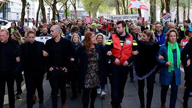 Hollanda%E2%80%99da+kamu+%C3%A7al%C4%B1%C5%9Fanlar%C4%B1+h%C3%BCk%C3%BCmet+kar%C5%9F%C4%B1t%C4%B1+protesto+yapt%C4%B1+