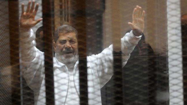 Ahmed+Mursi+5+y%C4%B1l+sonra+ilk+kez+babas%C4%B1n%C4%B1+g%C3%B6rd%C3%BC