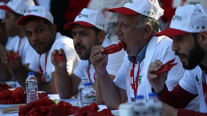 Şanlıurfa da acı İsot yeme yarışması katılımcılara zor anlar yaşattı