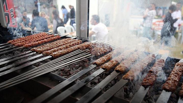 2.+Adana+Lezzet+Festivali,+mangal+ate%C5%9Finin+yak%C4%B1lmas%C4%B1yla+ba%C5%9Flad%C4%B1
