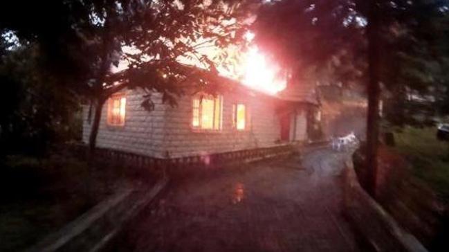 Gölcük'te ahşap ev yanarak kullanılmaz hale geldi