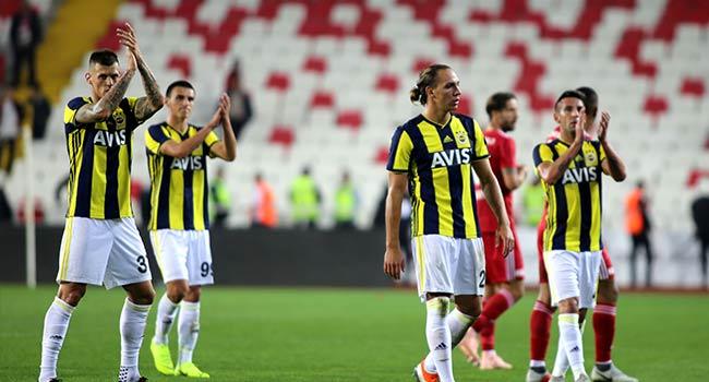 Fenerbahçe taraftarı takımı çağırdı ama futbolcular gitmedi