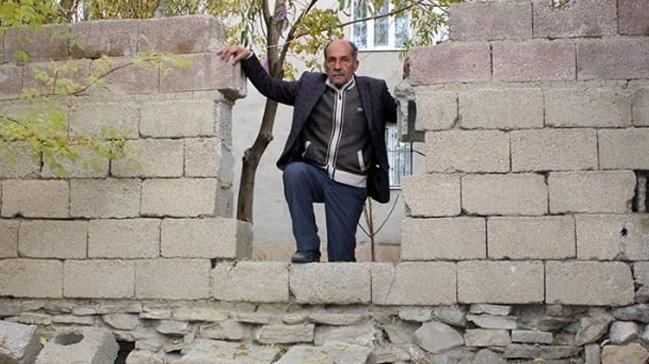 Van'da sıra dışı mağduriyet: Duvarda açılan delikten evine gidiyor