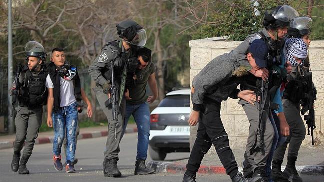 Katil İsrail güçleri 13 Filistinliyi gözaltına aldı