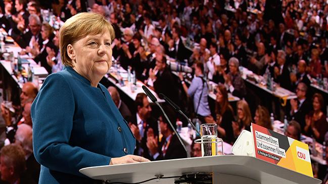 Merkel+CDU+genel+ba%C5%9Fkan%C4%B1+olarak+son+kez+konu%C5%9Ftu