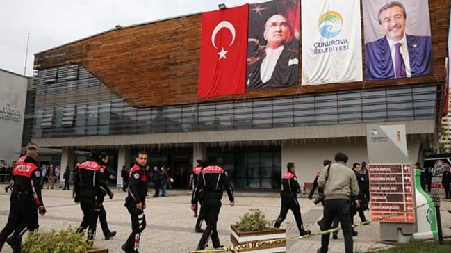 Adana%E2%80%99n%C4%B1n+merkez+%C3%87ukurkova+Belediyesi%E2%80%99nde+silah+sesleri:+Yaral%C4%B1lar+var+