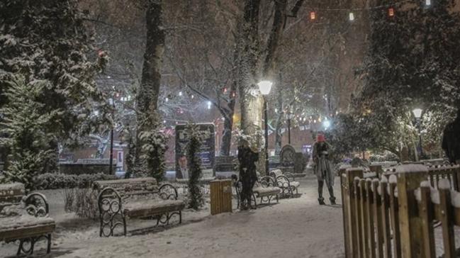 Ankara'da akşam saatlerinden itibaren kar yağışı etkili oldu