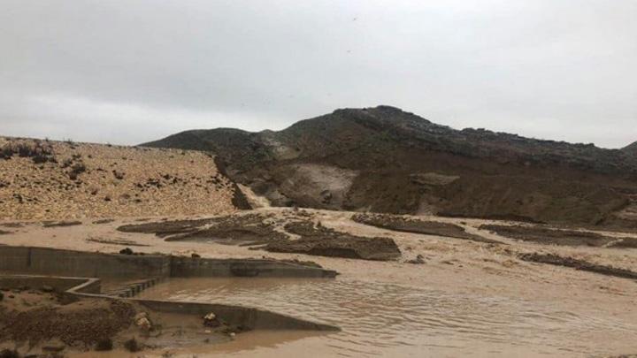 Diyarbakır'ın Eğil ilçesinde bulunan Kral Kızı Barajı'nın kapaklarından biri aşırı yağış dolayısıyla koptu