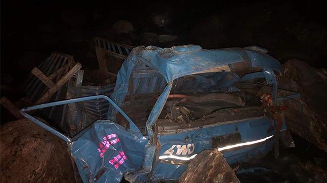 Nepal'de cenazeden dönen aracın uçurumdan yuvarlanması sonucu 20 kişi hayatını kaybetti