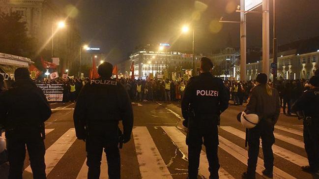 Viyana'da 50 bin kişi, aşırı sağcı hükümetin Müslüman ve göçmen karşıtı politikalarına tepki gösterdi