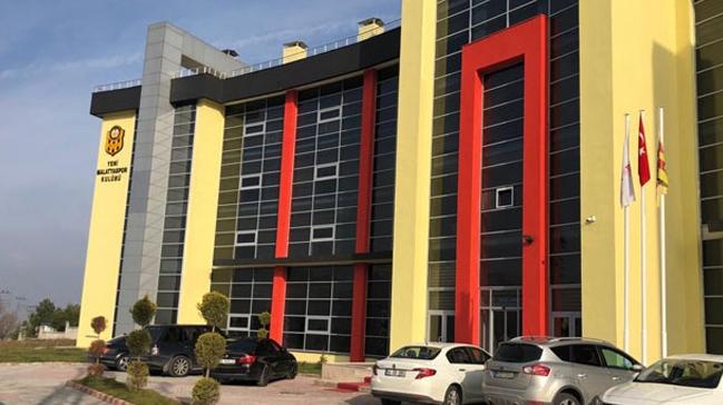 Spor Toto Süper Lig takımlarından Evkur Yeni Malatyaspor'un kulüp binasına silahlı saldırı düzenlendi