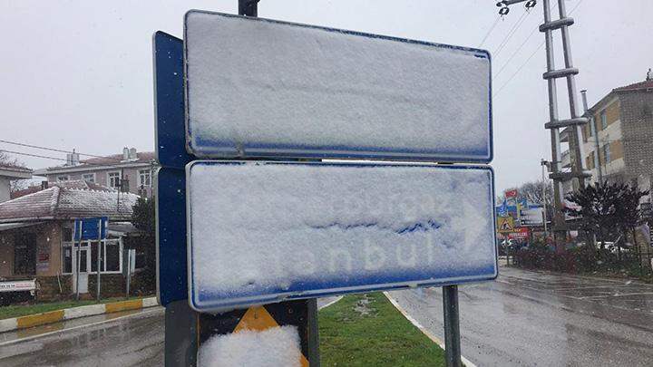 Silivri'de çocuklar kartopu oynadı kardan adam yaptı