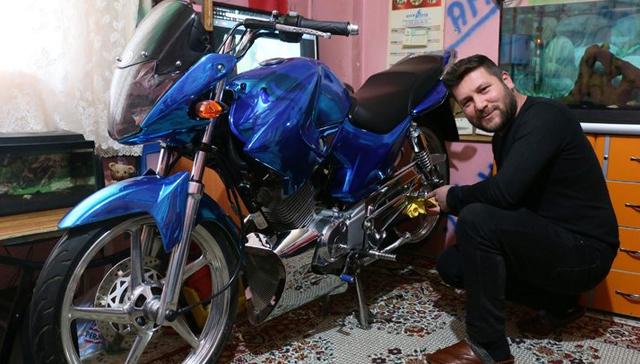 Modifiye+motosikletini+evinin+salonuna+park+ediyor:+T%C3%BCrkiye%E2%80%99de+sadece+bende+var%21;