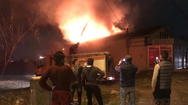 Fırının çatısında çıkan yangın geceyi aydınlattı