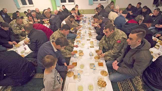 Türk askerinden katliam köyünde iftar