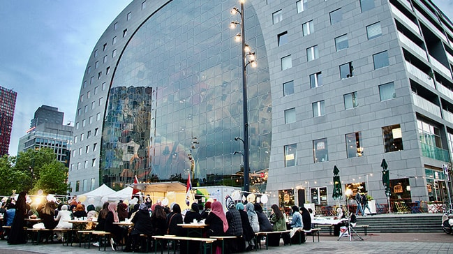Hollanda'da üniversitelilerin sokak iftarýna yaklaþýk 200 kiþi katýldý